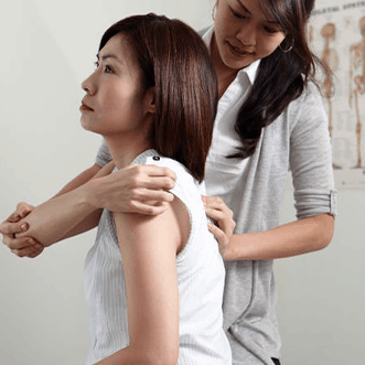 Dr Choo Su Yi giving chiropractic treatment